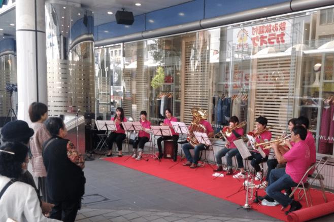 広島パルコ前で演奏する楽団と見物客