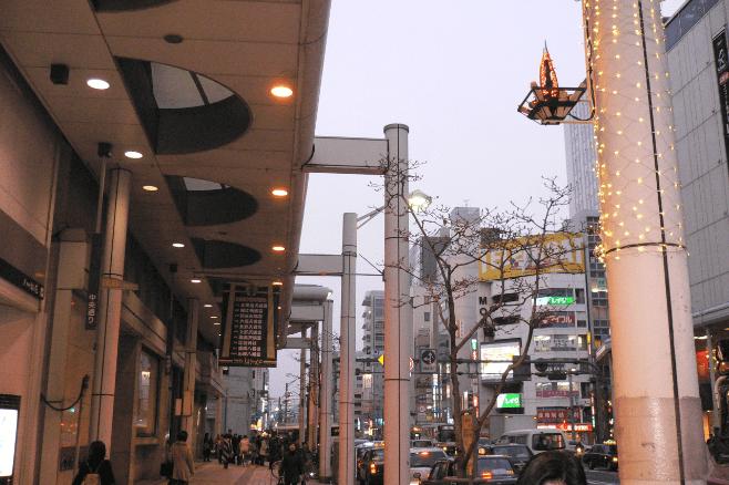 イルミネーションが施された中央通り商店街